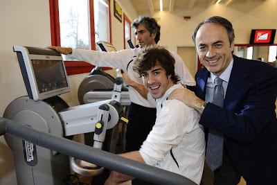 улыбающийся Фернандо Алонсо в новом тренажерном зале в Маранелло 17 декабря 2011