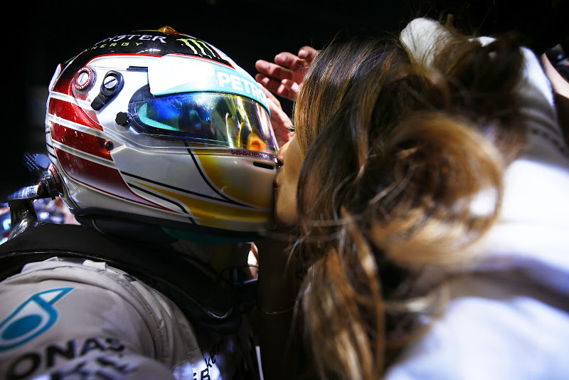 Николь Шерзингер целует Льюиса Хэмилтона через шлем на Гран-при Абу-Даби 2014