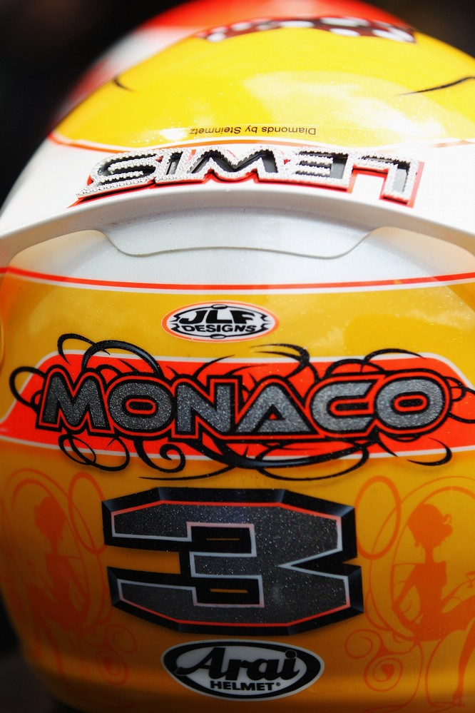 вид сзади шлема Льюиса Хэмилтона с бриллиантами Steinmetz Diamonds специально для Гран-при Монако 2011