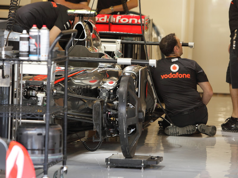 колесозаменители на болиде McLaren в гараже на Гран-при Абу-Даби 2011