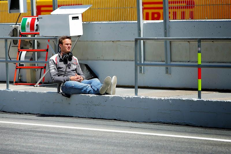 Гидо ван дер Гарде сидит на пит-лейне на тестах в Барселоне 2014