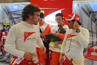 Фернандо Алонсо и Фелипе Масса разговаривают в гараже Ferrari на Гран-при Сингапура 2011