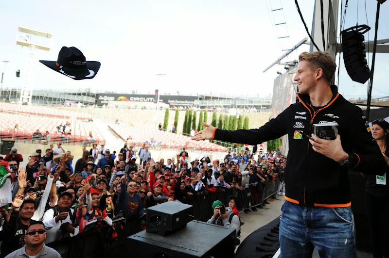 Нико Хюлькенберг бросает ковбойскую шляпу болельщикам Гран-при США 2014