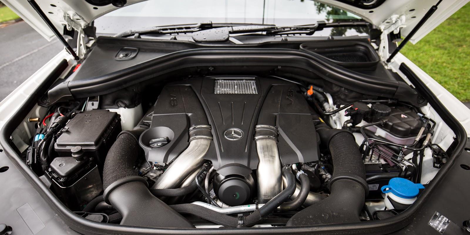 Động cơ xe cực kỳ mạnh và tùy từng phiên bản chạy xăng, dầu