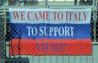 российский флаг болельщиков Виталия Петрова на трибунах Монцы на Гран-при Италии 2011