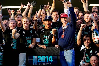 команда Mercedes празднует победу в кубке конструкторов на Гран-при России 2014