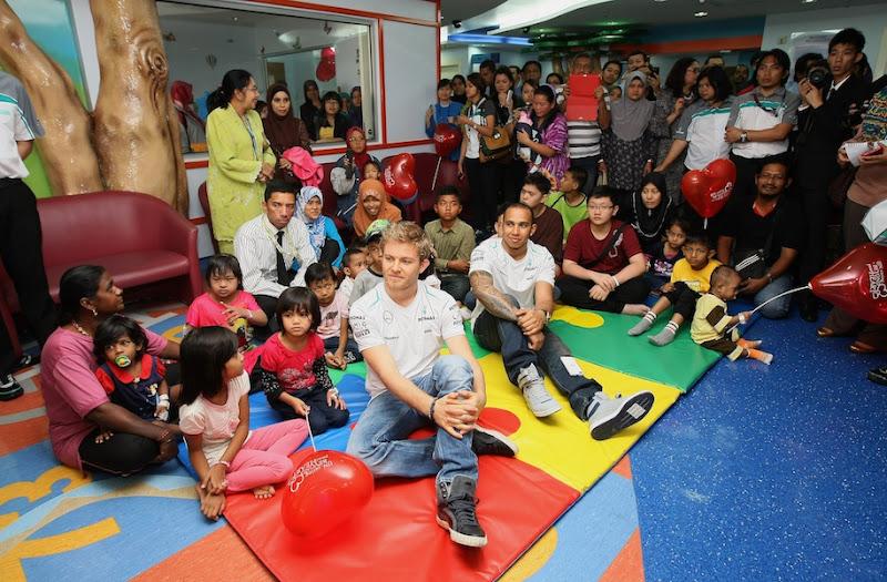 Нико Росберг и Льюис Хэмилтон с детьми на Гран-при Малайзии 2013