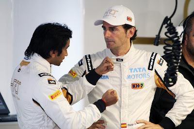 Нараин Картикеян объясняет что-то Педро де ла Росе на Гран-при Китая 2012
