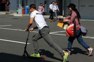 Михаэль Шумахер уезжает от болельщицы на самокате на Гран-при Японии 2012