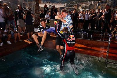 Эдди Джордан прыгает в бассейне на Гран-при Монако 2011