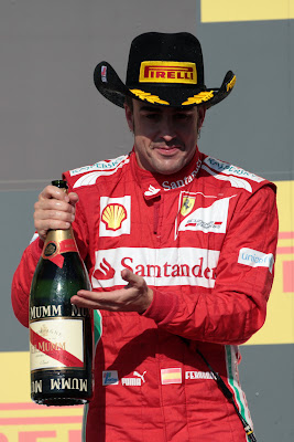 Фернандо Алонсо в ковбойской шляпе Pirelli на подиуме Гран-при США 2012