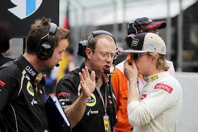 Марк Слейд и Кими Райкконен общаются перед гонкой на стартовой решетке Гран-при Китая 2012
