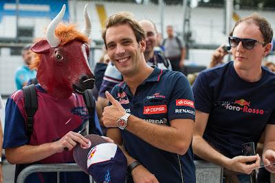 болельщик Toro Rosso с головой быка и Жан-Эрик Вернь на Гран-при Италии 2014