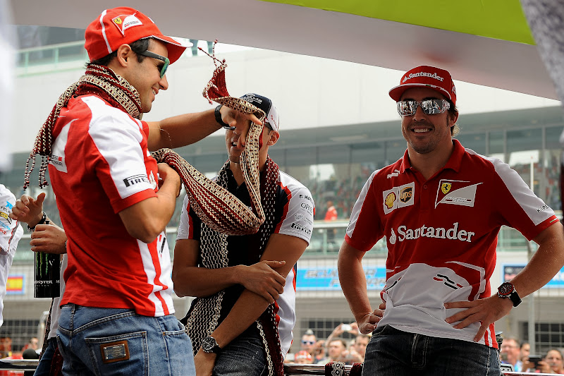 Фелипе Масса обматывается шарфом во время парада пилотов на Гран-при Индии 2013