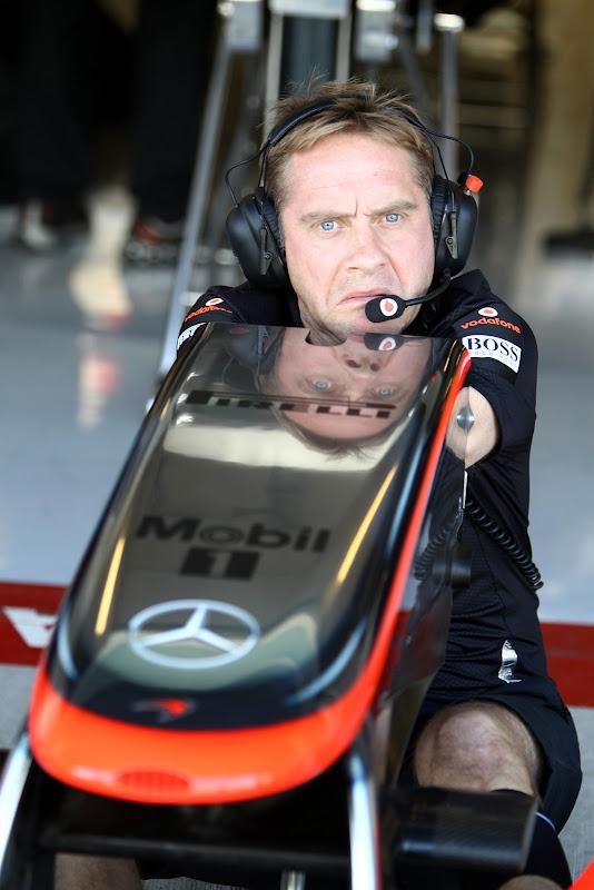 механик McLaren и переднее антикрыло на молодежных тестах в Абу-Даби 2011
