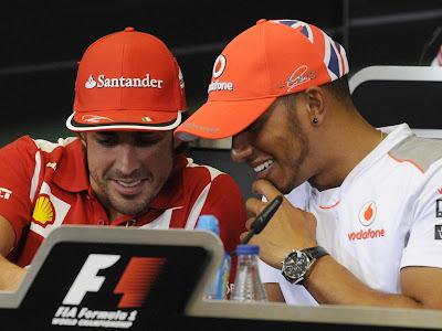 Фернандо Алонсо и Льюис Хэмилтон разглядывают что-то на пресс-конференции Гран-при Европы 2012
