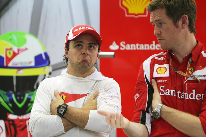 незнающий Фелипе Масса и Роб Смедли на Гран-при Сингапура 2011 в гараже Ferrari