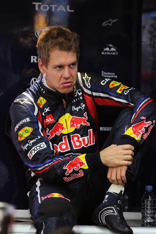 Себастьян Феттель с недовольным лицом в боксах Red Bull на Гран-при Японии 2011