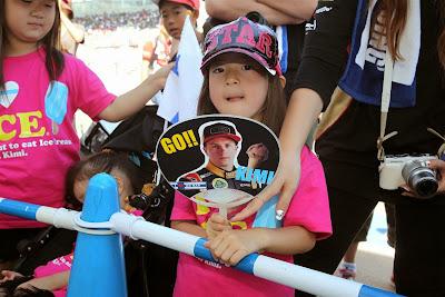 милая болельщица Кими Райкконена с веером на Гран-при Японии 2013