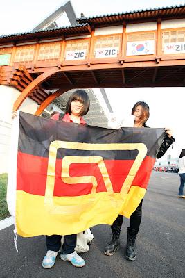 болельщицы Себастьяна Феттеля с немецким флагом на трассе Йонама на Гран-при Кореи 2011