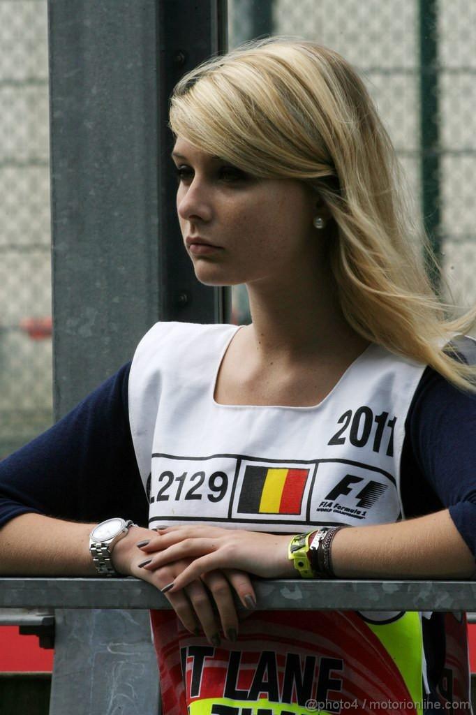 девушка маршал на пит-лейне Гран-при Бельгии 2011 в Спа-Франкошам