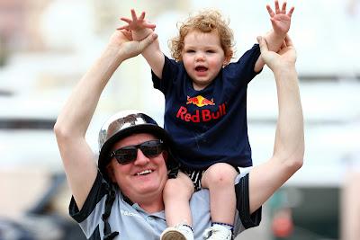 маленький болельщик в футболке Red Bull на Гран-при Монако 2014