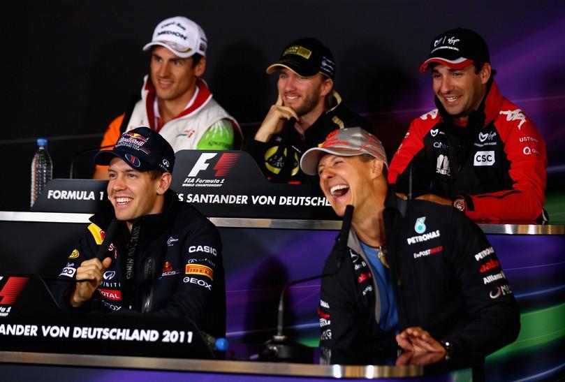 Михаэль Шумахер взрывается смехом на пресс-конференции Гран-при Германии 2011 в четверг