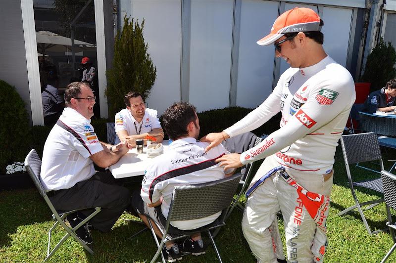 Серхио Перес здоровается с сотрудниками команды Sauber на Гран-при Австралии 2013