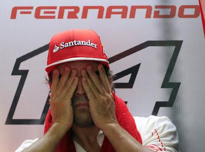 Фернандо Алонсо закрывает глаза в гараже Ferrari на Гран-при Малайзии 2014
