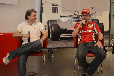 Жак Вильнев и Фернандо Алонсо дают интервью во Фьорано 8 мая 2012