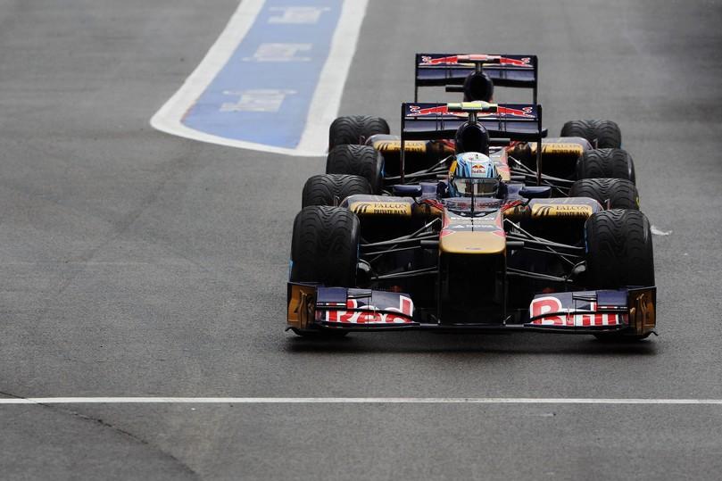 болиды Toro Rosso Себастьяна Буэми и Хайме Альгерсуари плотно друг к другу на пит-лейне Спа на Гран-при Бельгии 2011
