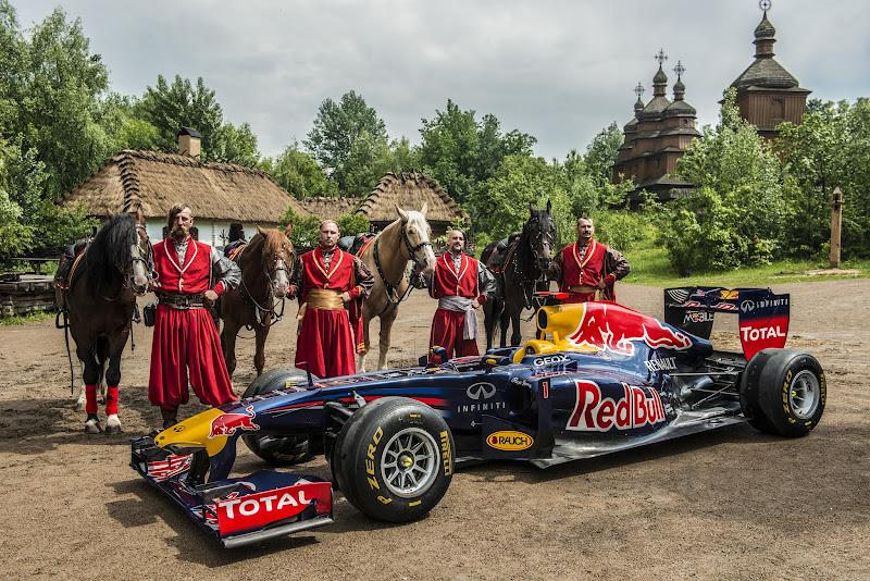 Red Bull RB7 at Mamayeva Sloboda и лошадки в Киеве 17 мая 2012
