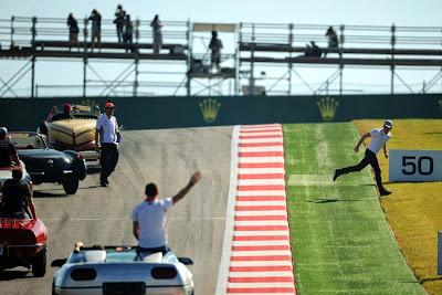 Нико Росберг бежит к болельщикам после остановки его машины во время парада пилотов Гран-при США 2013