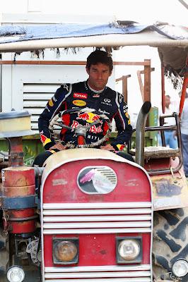 Марк Уэббер на тракторе на Гран-при Индии 2012