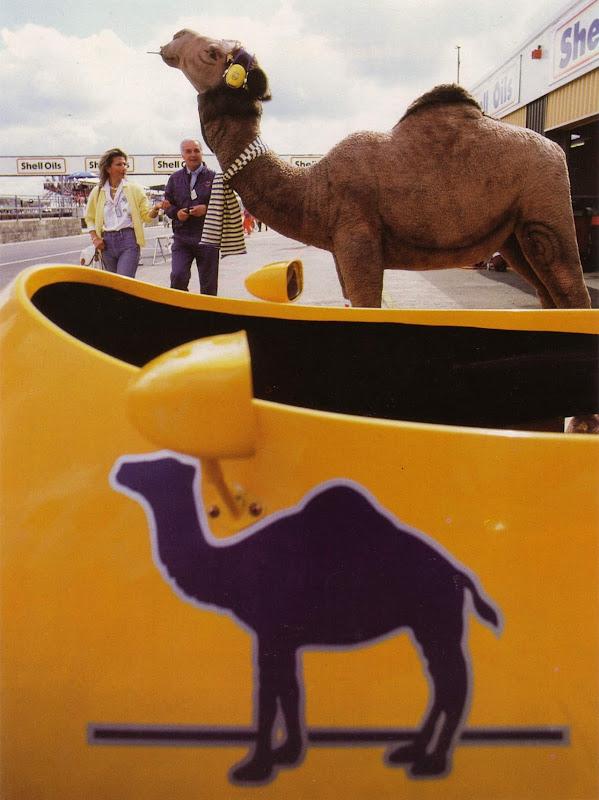 Lotus и верблюд табачного спонсора Camel на питлейне