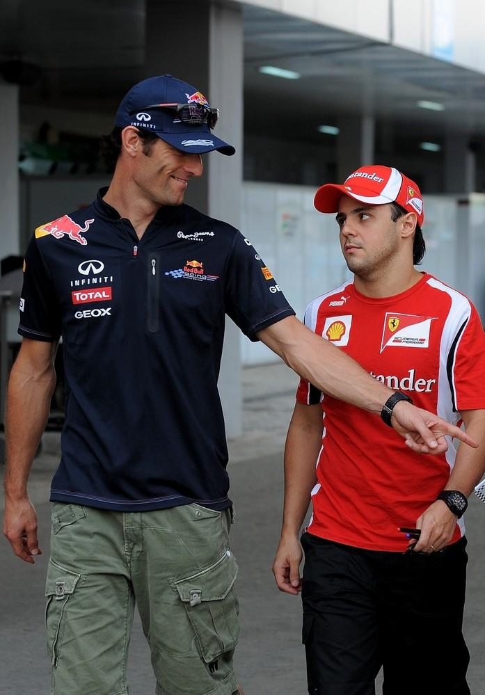 Марк Уэббер показывает Фелипе Массе на что-то пальцем на Гран-при Индии 2011