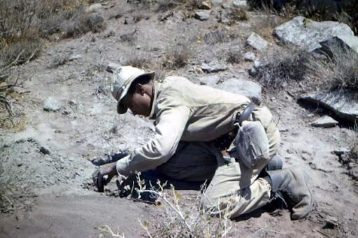 Afganistan, saper sowiecki przy rozbrajaniu miny