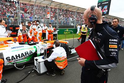 Эдриан Ньюи присматривается к болиду Force India на стартовой решетке Гран-при Австралии 2013