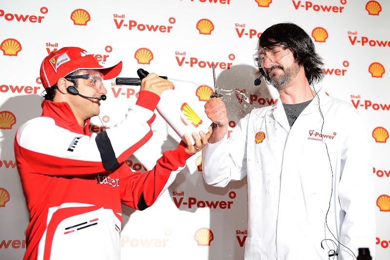 Фелипе Масса готовит коктейли на спонсорском мероприятии Shell перед Гран-при Малайзии 2013