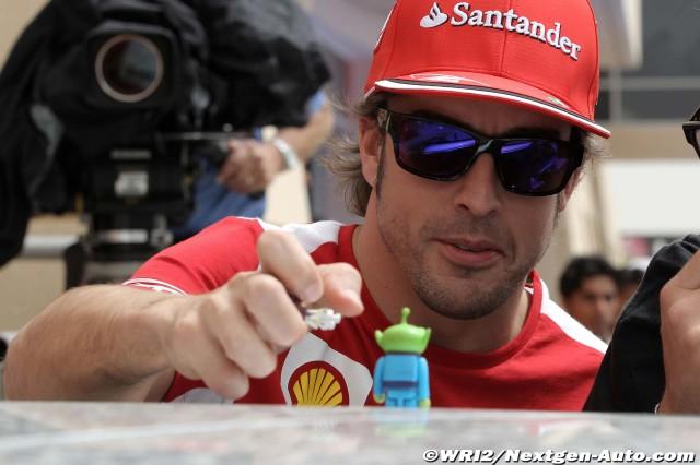 Фернандо Алонсо и игрушки на Гран-при Бахрейна 2012