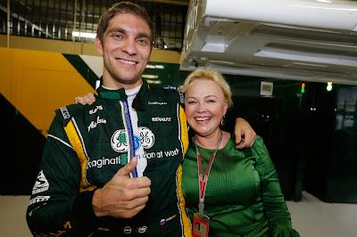 Виталий Петров и Оксана Косаченко празднуют удачное выступление с командой Caterham на Гран-при Бразилии 2012