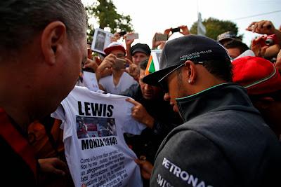 Льюис Хэмилтон рассматривает футболку от болельщика Монцы на Гран-при Италии 2014