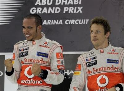 эмоциональные Льюис Хэмилтон и Дженсон Баттон на подиуме Гран-при Абу-Даби 2011
