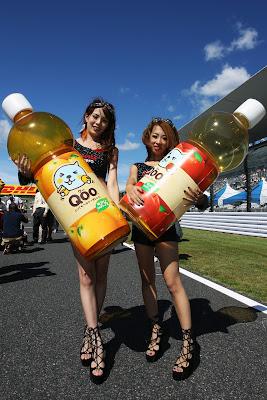 девушки Qoo на стартовой решетке с огромными бутылками на Гран-при Японии 2011