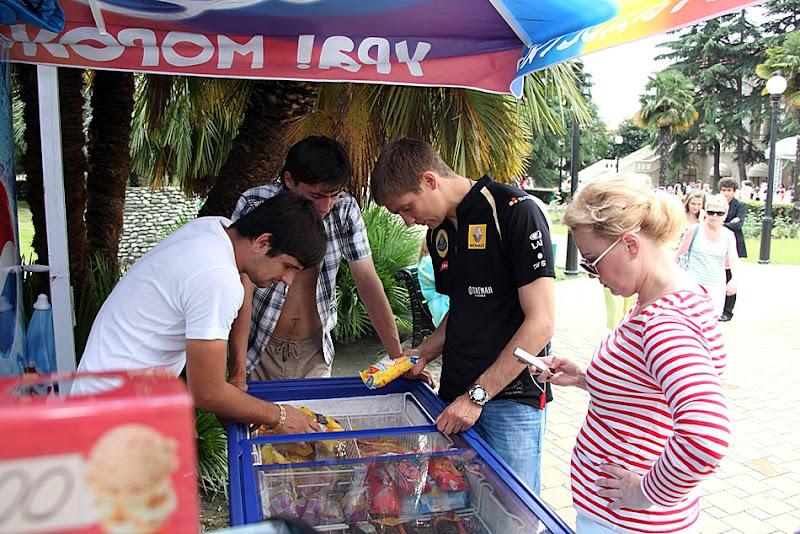 Виталий Петров покупает мороженное в Сочи 2011