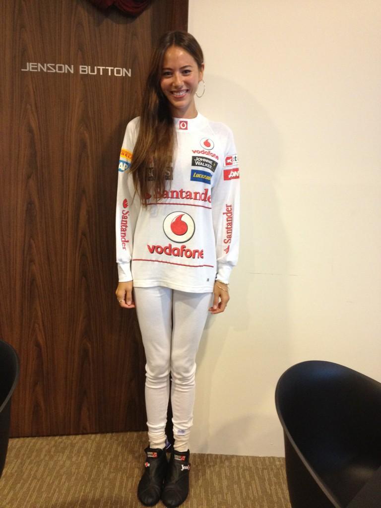 Джессика Мичибата в футболке McLaren на Гран-при Сингапура 2012