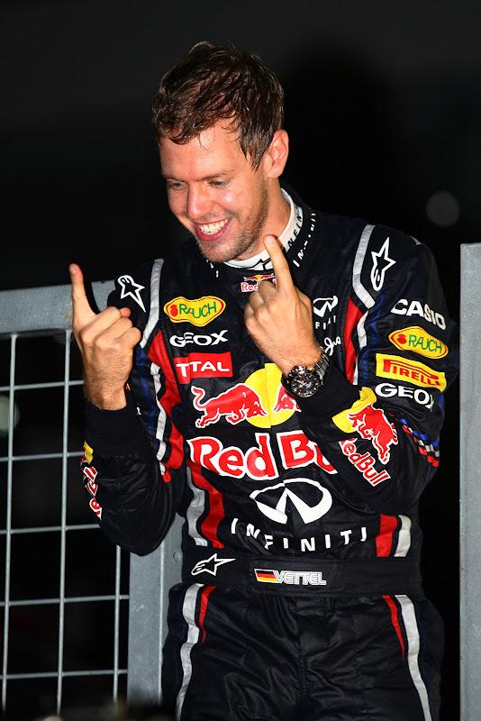 Себастьян Феттель показывает два пальца на Гран-при Японии 2011