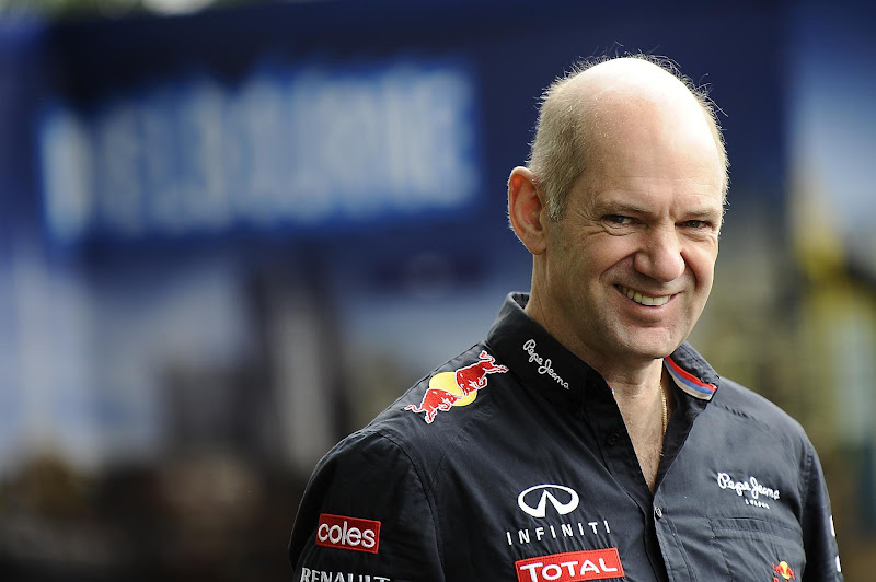 улыбающийся Эдриан Ньюи на Гран-при Австралии 2012