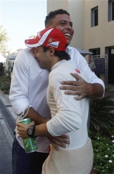 Роналдо и Фелипе Масса обнимаются на Гран-при Абу-Даби 2011