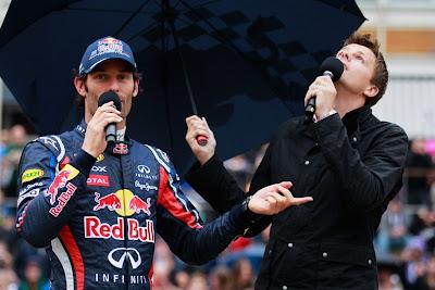 Марк Уэббер дает интервью Джейку Хамфри под зонтиком на мероприятии Red Bull Speed Jam в Кардифф Бэй 3 сентября 2011